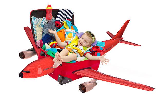 kleines kind fliegen in reise koffer voller für urlaub - kleinkind busy bags stock-fotos und bilder