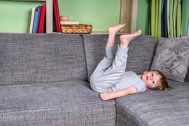 Kleines Kind auf einer couch entspannen – Foto