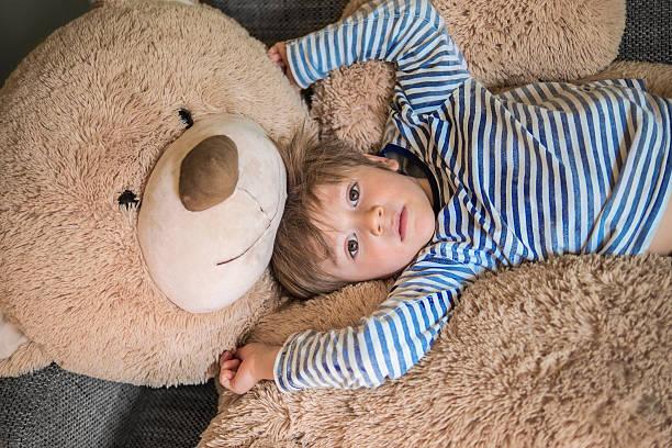 Kleines Kind mit seinen Teddy – Foto