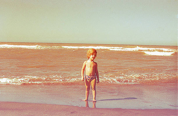 little kid in the beach - viagens anos 70 imagens e fotografias de stock