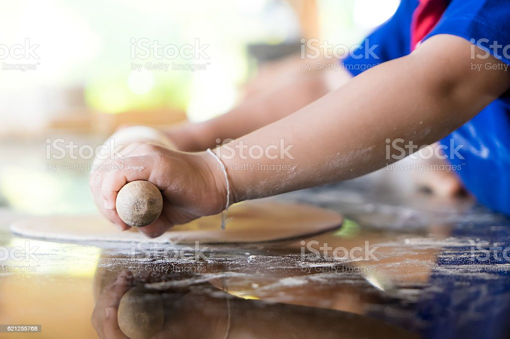 Little kid learning for to make bakery and pizza – Foto