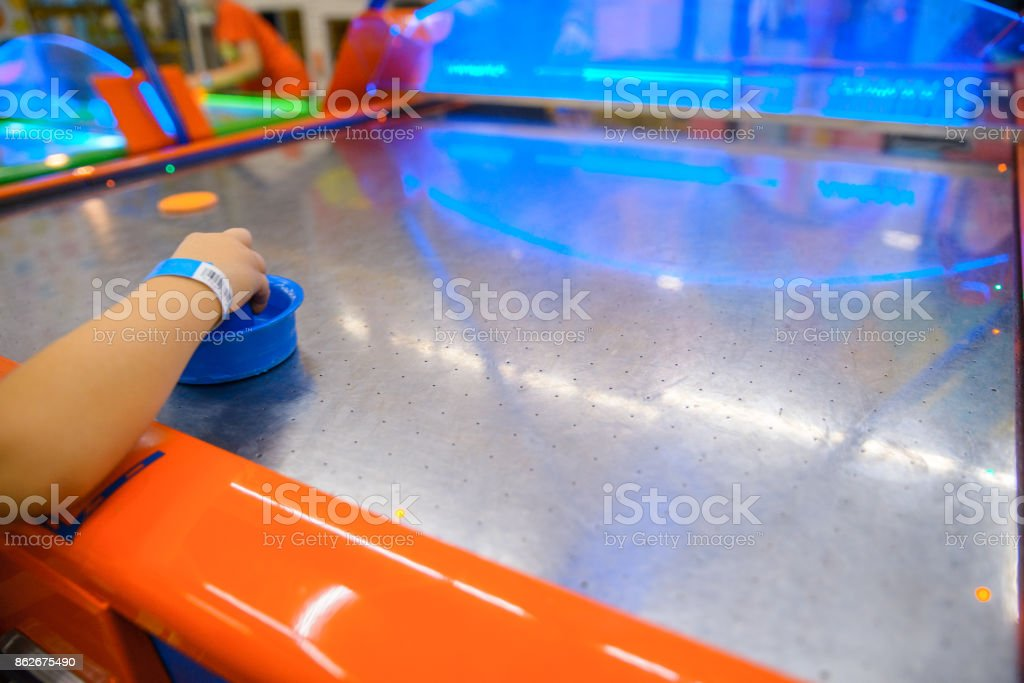 criança joga no ar piegas - foto de acervo
