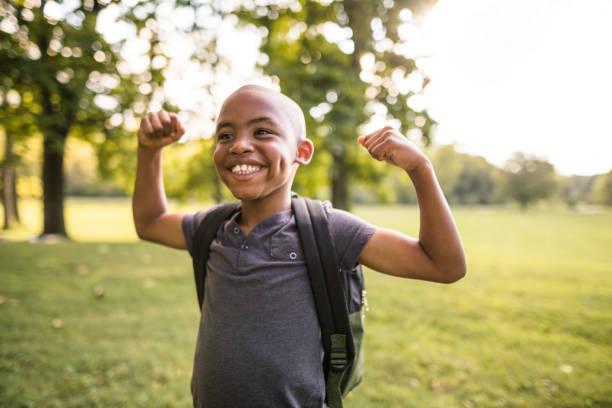 criança, mostrando o músculo - musculoso - fotografias e filmes do acervo