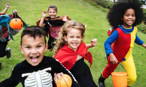 kleine kinder auf einer halloweenparty - freund kostüme stock-fotos und bilder