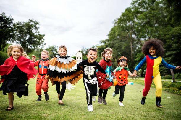 bambini piccoli ad una festa di halloween - halloween foto e immagini stock