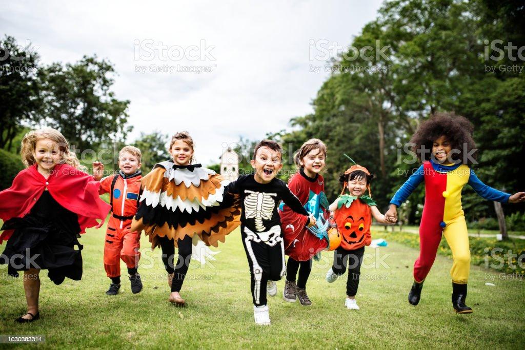 Kleine Kinder auf einer Halloweenparty – Foto