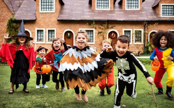 niños pequeños en una fiesta de halloween - halloween game fotografías e imágenes de stock