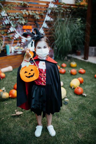 niños pequeños en una fiesta de halloween - halloween covid fotografías e imágenes de stock