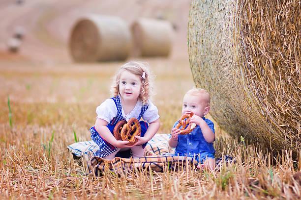 kinder beim oktoberfest - bayerische brotzeit stock-fotos und bilder
