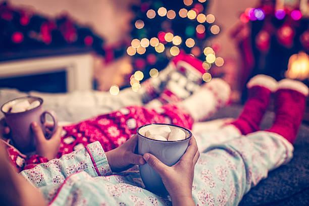kleine kinder sitzen im winter socken in der christmas tree - kinder weihnachtsfilme stock-fotos und bilder