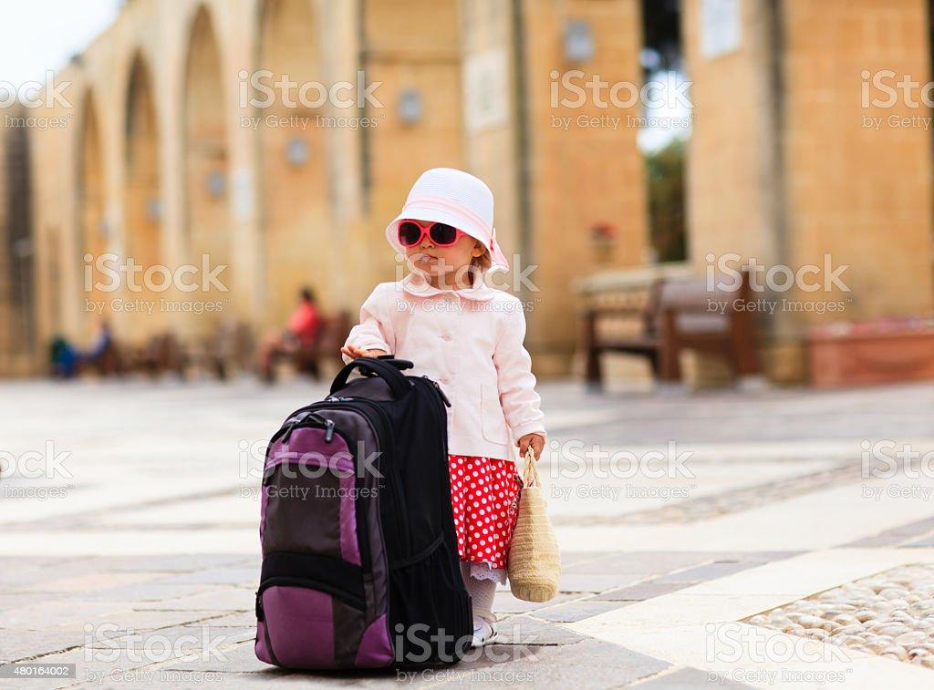 little dama está de viaje en la ciudad de Europa - Foto de stock de 2015 libre de derechos