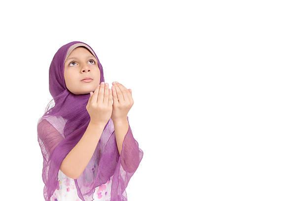 kleine muslimische mädchen beten - jugendweihe 2016 stock-fotos und bilder