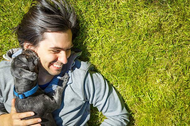 Kleines Haustier Hund und seinem Besitzer Spaß im Freien – Foto