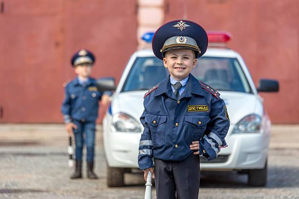 little policía asistentes - feliz dia del policia fotografías e imágenes de stock