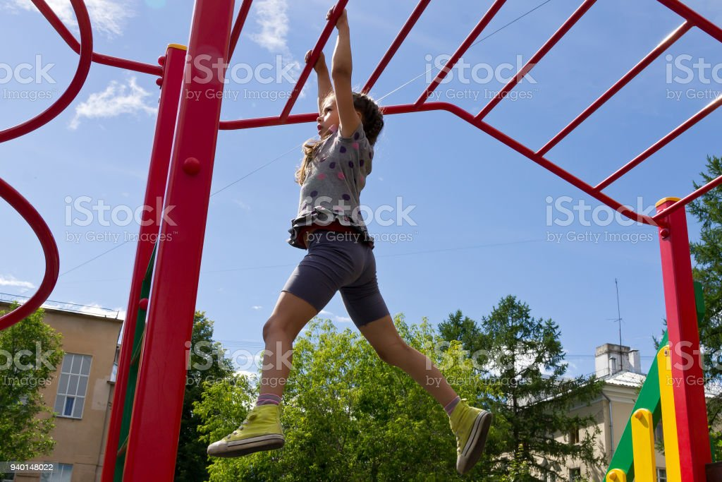 Klettergerüst Monkey Bar : Kindergarten mädchen hängen entlang der klettergerüst stock