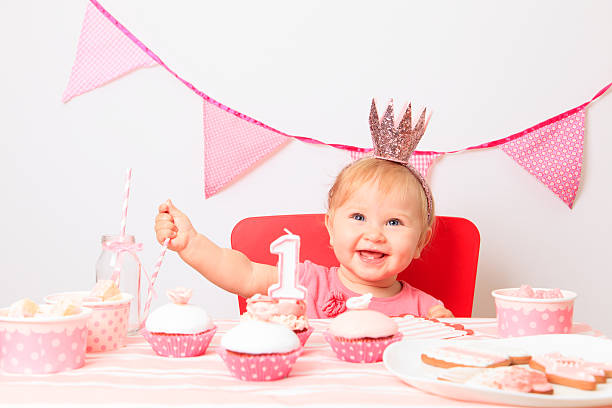 kleine prinzessin beim ersten geburtstag party - prinzessinnen torte stock-fotos und bilder