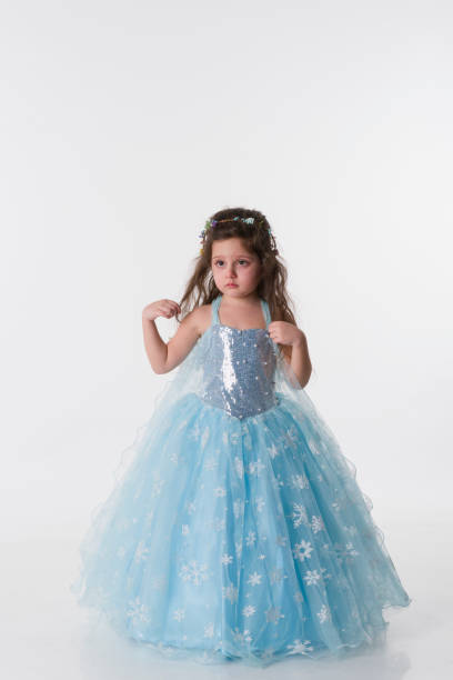 kleinen prinzessin mädchen wit blauen kostüm - prinzessin kleid kind stock-fotos und bilder