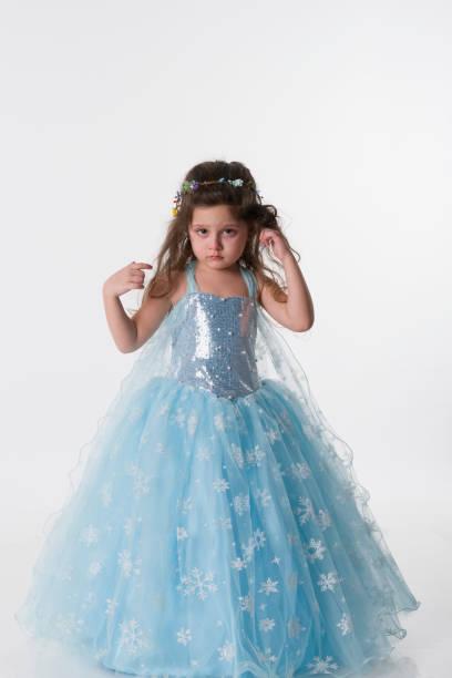 kleinen prinzessin mädchen wit blauen kostüm - abendkleid lang blau stock-fotos und bilder