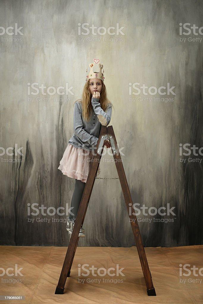 Kleine Prinzessin auf Leiter – Foto
