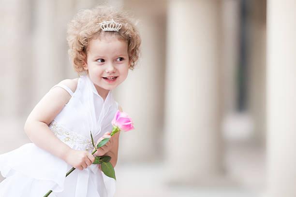 kleine prinzessin - festliche kleider kindermode stock-fotos und bilder