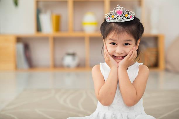 kleine prinzessin - prinzessin tiara stock-fotos und bilder
