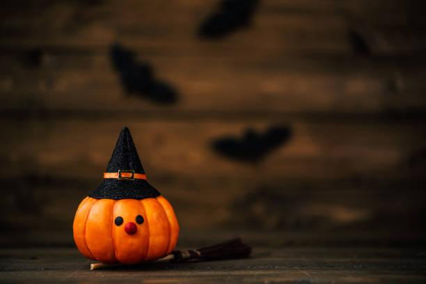 Kleine Kürbis Hexe mit Fledermäusen für Halloween – Foto
