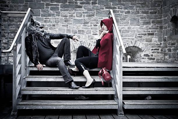 roter befreit-kapuze - rotkäppchen kostüm stock-fotos und bilder