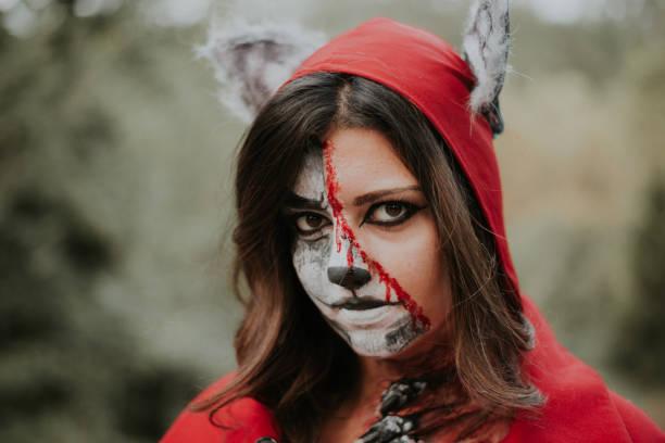 little red riding hood und wolf kostüm - rotkäppchen kostüm stock-fotos und bilder