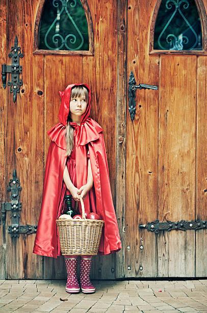 rotkäppchen der tür - rotkäppchen kostüm stock-fotos und bilder