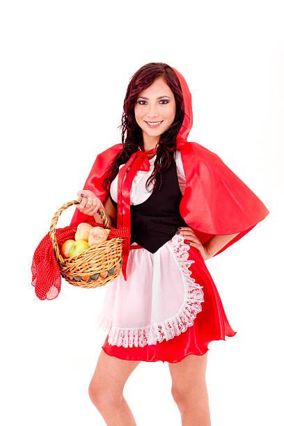 rotkäppchen hält einen apfel-korb - rotkäppchen kostüm stock-fotos und bilder