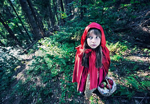 rotkäppchen im dunklen wald - rotkäppchen kostüm stock-fotos und bilder