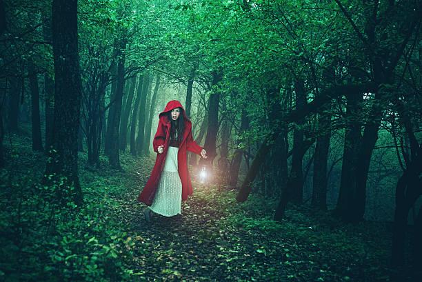 rotkäppchen im wald - rotkäppchen kostüm stock-fotos und bilder