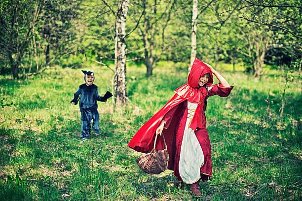 rotkäppchen running von der wolf - rotkäppchen kostüm stock-fotos und bilder