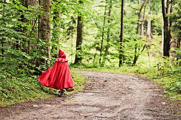 rotkäppchen zu fuß durch den wald - rotkäppchen kostüm stock-fotos und bilder
