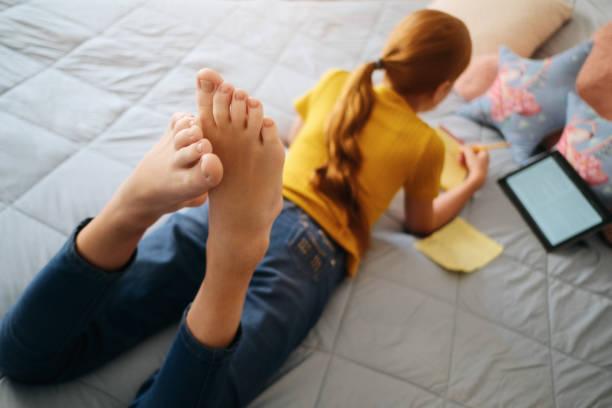 Kleine Rothaarige Mädchen studieren zu Hause mit Tablet – Foto