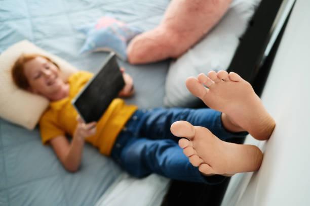 Kleine Rothaarige Mädchen beobachten Cartoons zu Hause mit Tablet – Foto