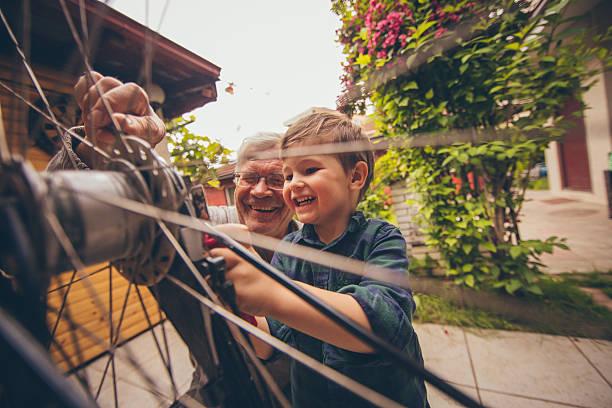Kleiner Handwerker und Sein Großvater – Foto