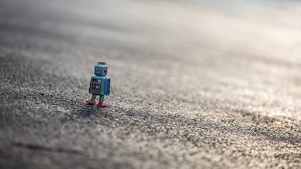 Look rétro tin robot marche le long de la route - Photo