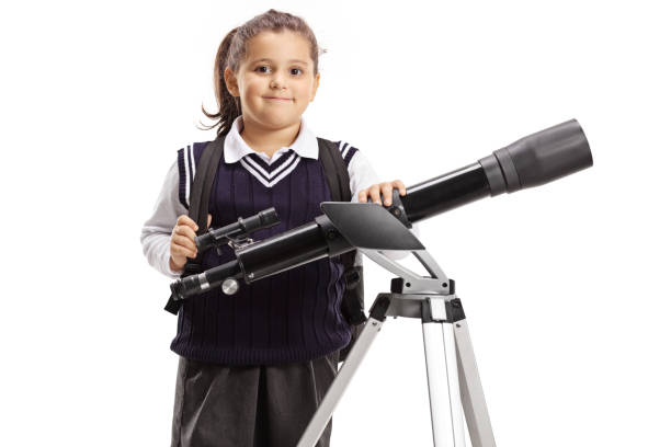 Garotinha com um telescópio - foto de acervo