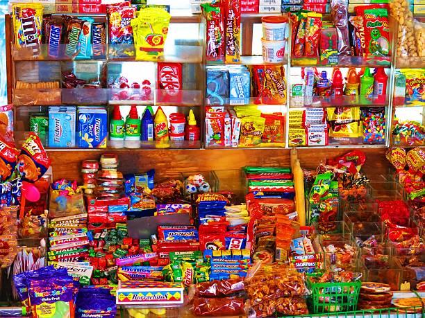 kleines geschäft mit süßigkeiten in mexiko - milky way stock-fotos und bilder
