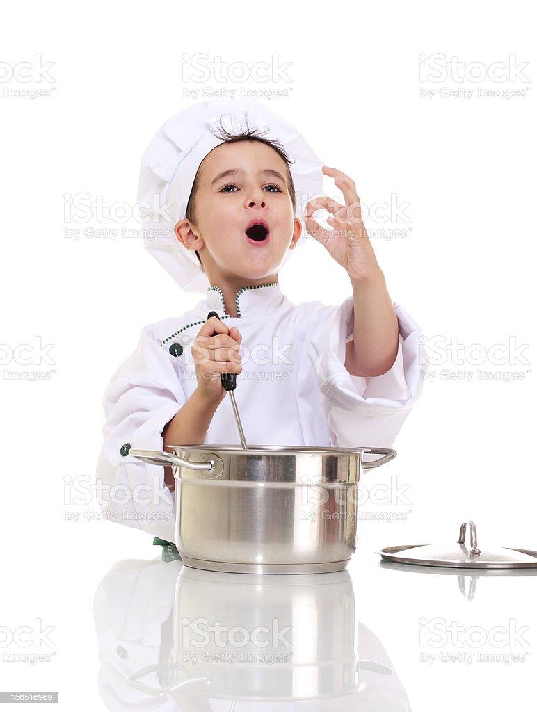Little singen Jungen Koch in uniform mit Kelle-Küchenutensil stiring pot – Foto