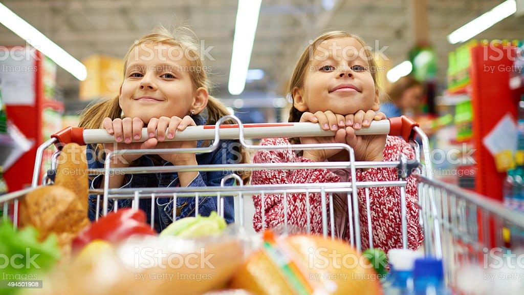 Sorelle facendo shopping - foto stock