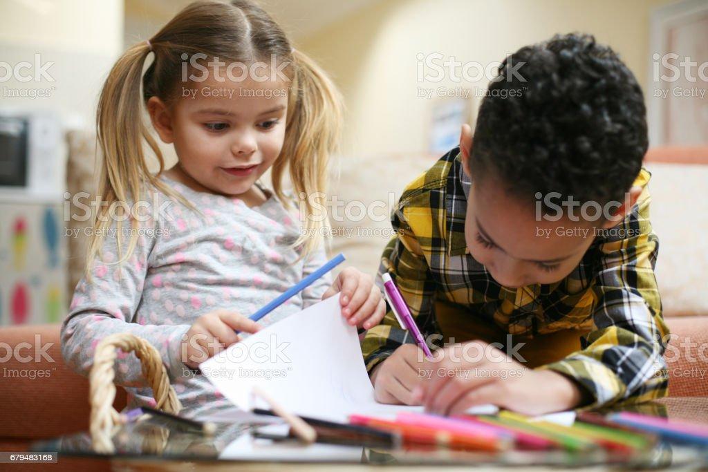 Petite Fille Intelligente Et Garçon Deux Meilleures Amies Photos