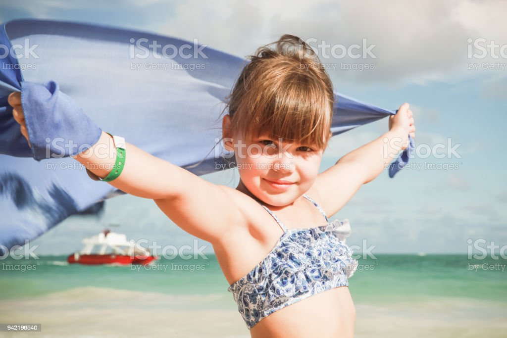 Menina sorridente caucasiano com shaw azul - foto de acervo