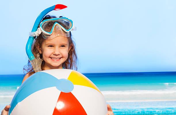 Petite fille souriante avec gros ballon gonflable - Photo