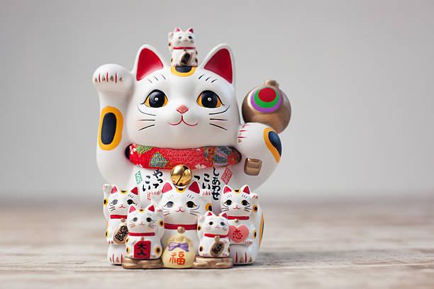 maneki neko chat - bonne chance photos et images de collection