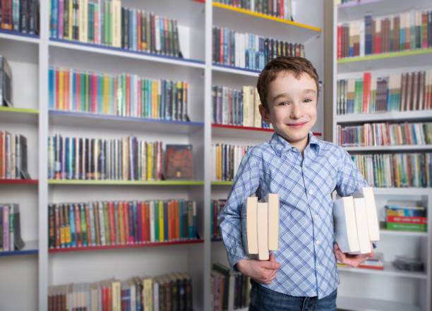 Little Student in the library spends a nice time – zdjęcie