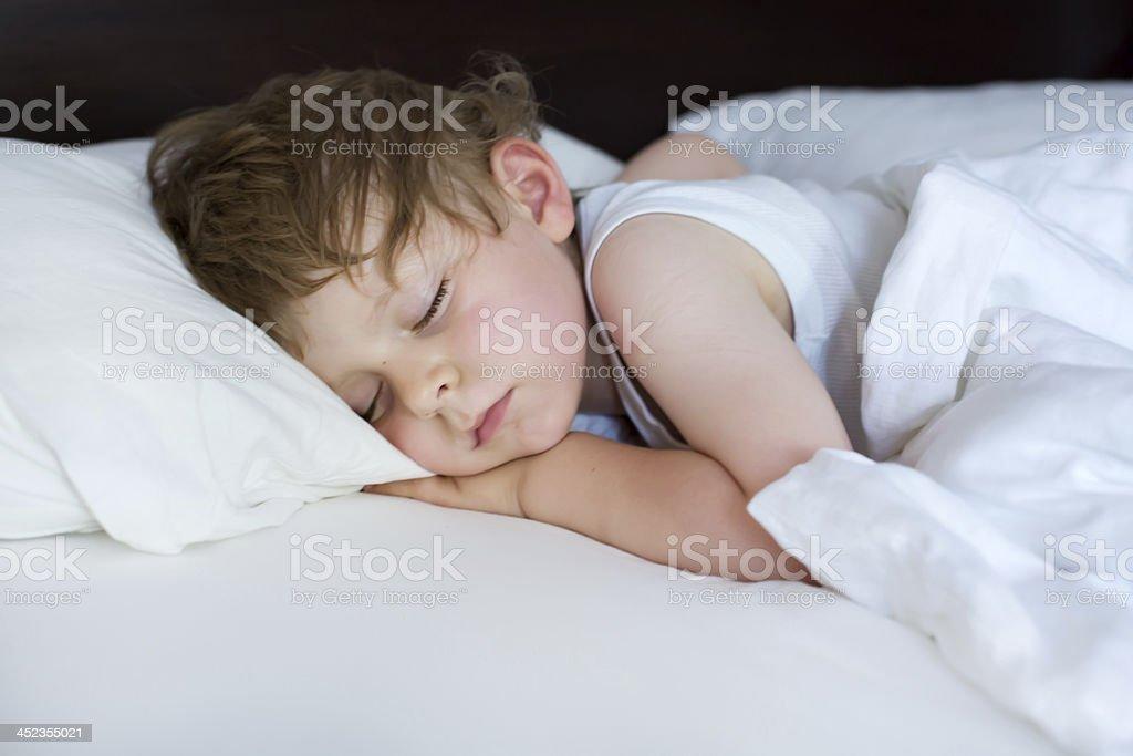 Kleinen niedlichen Kleinkind – Jungen Schlafen in seinem Bett – Foto