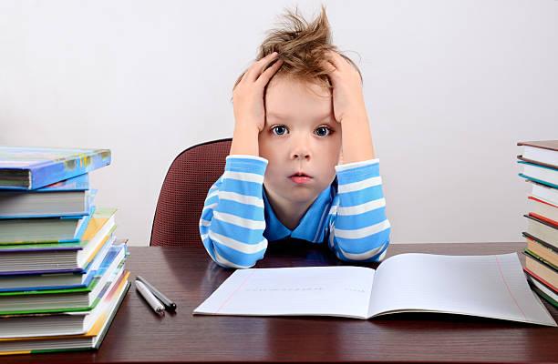 Wenig müde junge sitzend am Schreibtisch – Foto