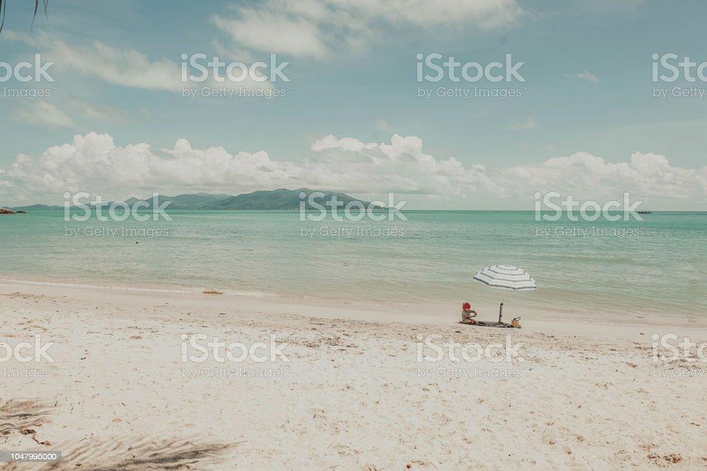 Ein Kleines Kind Sitzt Unter Einem Sonnenschirm Am Strand Im Sommer Kleine Mädchen Spielen Mit Sand Am Strand Stockfoto Und Mehr Bilder Von Eimer